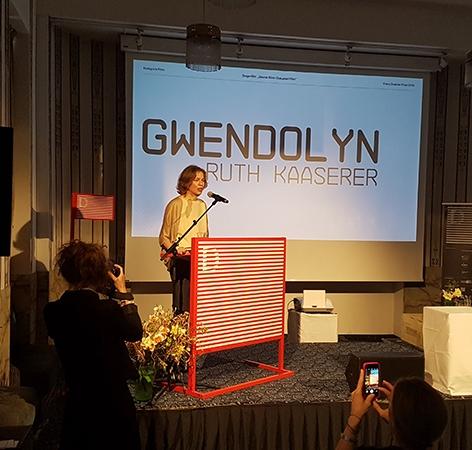 """Ruth Kaaserer bei der Entgegennahme des Franz-Grabner-Preises 2018 für ihre Dokumentation """"Gwendolyn"""", die bei der Diagonale in Graz gezeigt wird."""