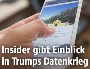 Ein User hat auf dem Smartphone eine Facebook-Seite geladen