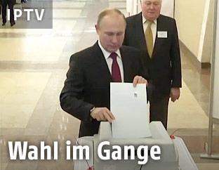 Russlands Präsident Putin gibt seine Stimme bei der Wahl ab