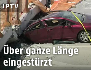 Auto unter eingestürzter Brücke