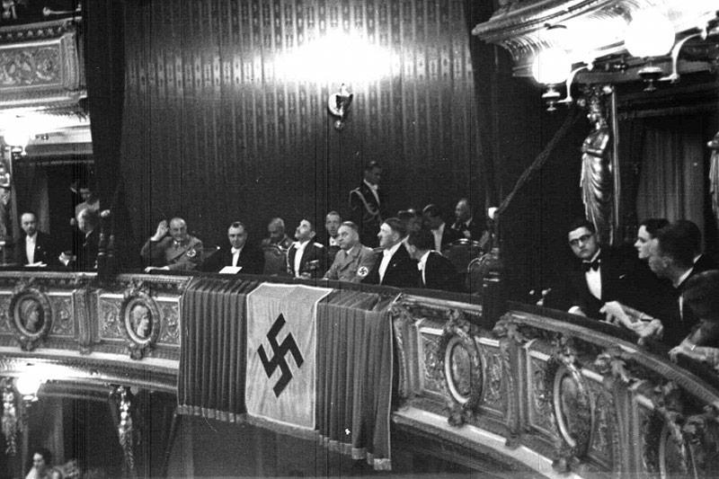Adolf Hitler und Josef Goebbels in der Wiener Staatsoper