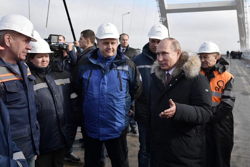 Putin mit Bauarbeitern der Brücke