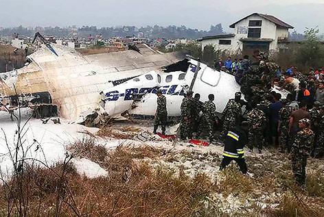 Soldaten neben dem Wrack des abgestürzten Flugzeugs