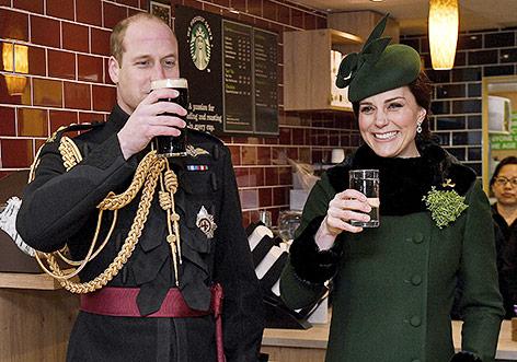 Prinz William mit einem Guniess-Bier und Herzogin Kate mit einem Glas Wasser