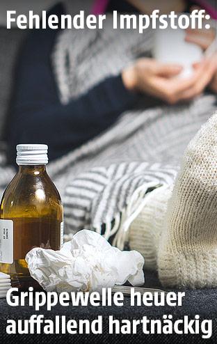 Medzin und Taschentücher neben einer kranken Person