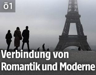 Silhouette des Eiffelturms im Nebel
