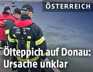 Feuerwehrmänner auf der Donau