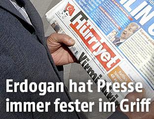 Mann mit einer Hürriyet-Zeitung