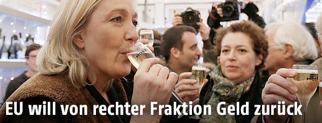 Marine Le Pen (Front National) trinkt Champagner