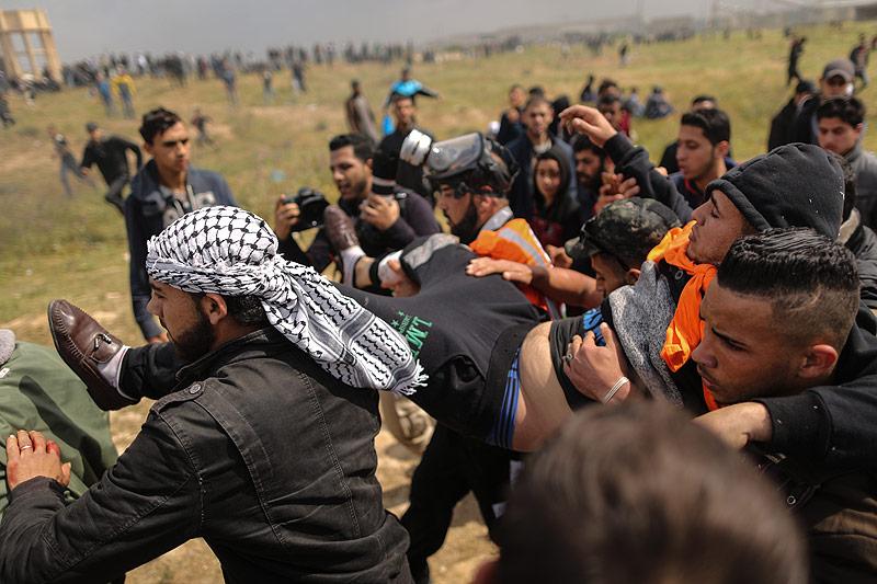 Palästinensische Demonstranten helfen einem Verletzen