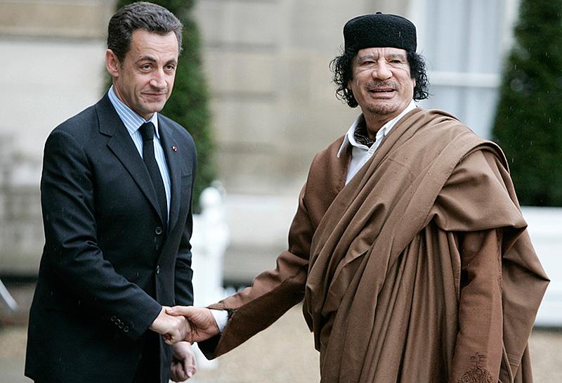 Der ehemalige französische Präsident Nicolas Sarkozy mit dem libyschen Präsidenten Muammar Gaddafi am 10. Dezember 2007 in Paris