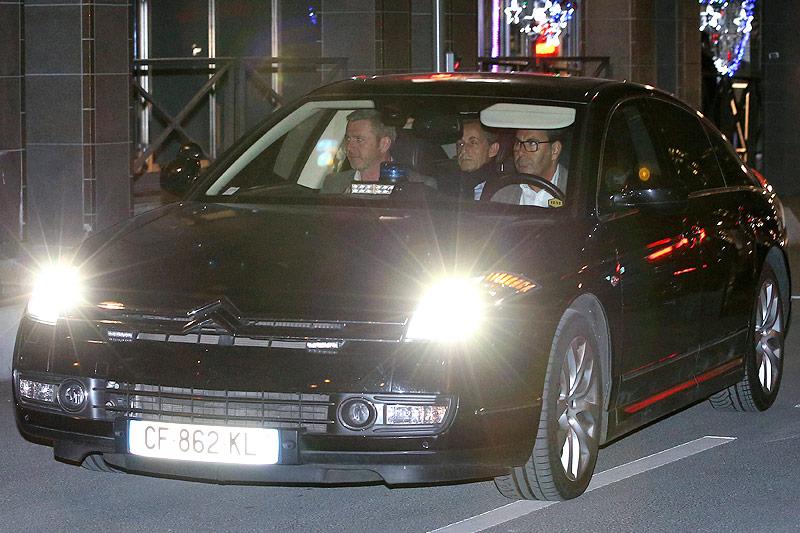 Der ehemalige französische Präsident Nicolas Sarkozy in einem Polizeiauto