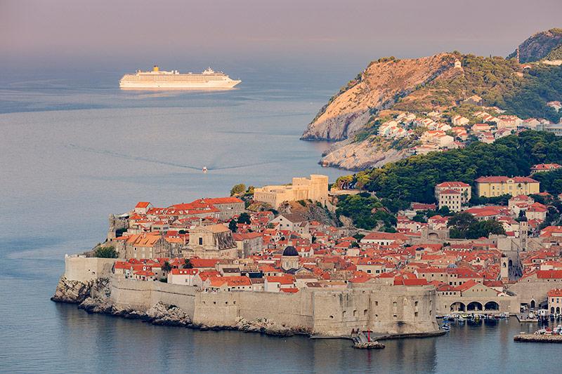 Kreuzfahrtschiff bei Dubrovnik