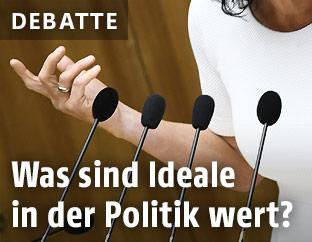 Eine Hand und vier Mikrofone