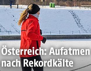 Jogger in Winterlandschaft