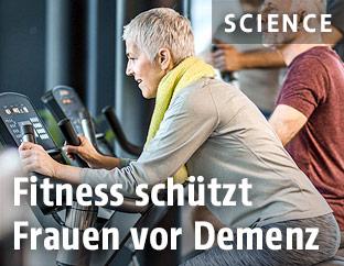 Ältere Frau im Fitnessstudio