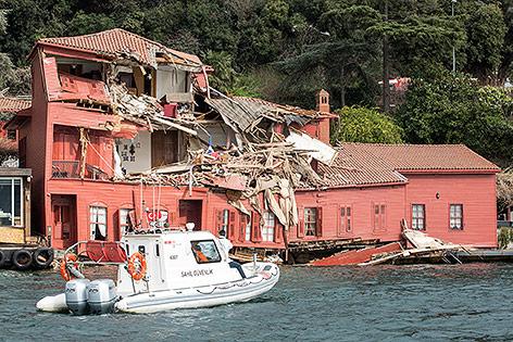 Frachtschiff krachte in Istanbul in historisches Gebäude