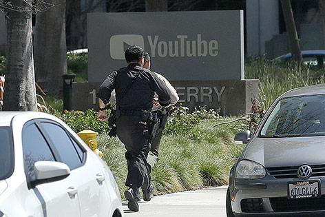 Polizisten laufen zur Youtube-Zentrale