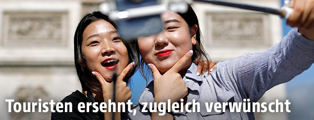 Touristinnen machen Selfies