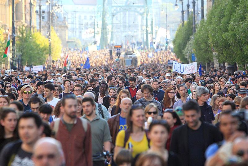 Hunderte Demonstranten protestieren gegen den ungarischen Premier Orban