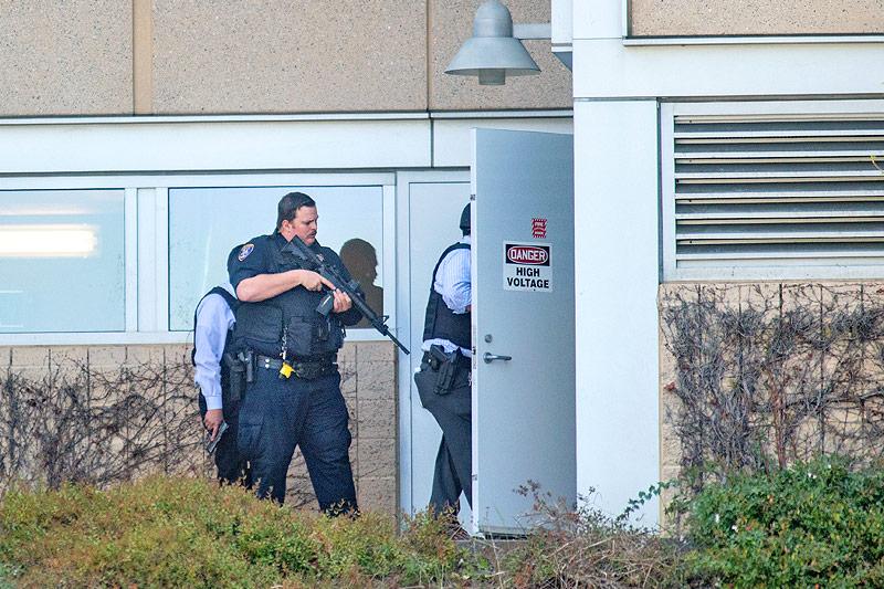Polizisten durchsuchen das Gelände des YouTube-Hauptquartiers in San Bruno (Kalifornien)