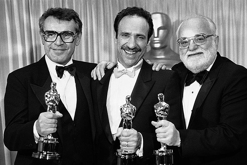 """Milos Forman, F. Murray Abraham und Saul Zäntz im März 1985 mit den Oscars für den Film """"Amadeus"""""""