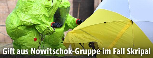 Einsatzkräfte schirmen kontaminierte Gegenstände ab