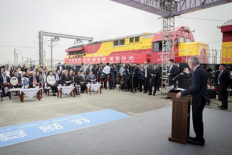 Bundespräsident Alexander Van der Bellen vor dem Güterzug