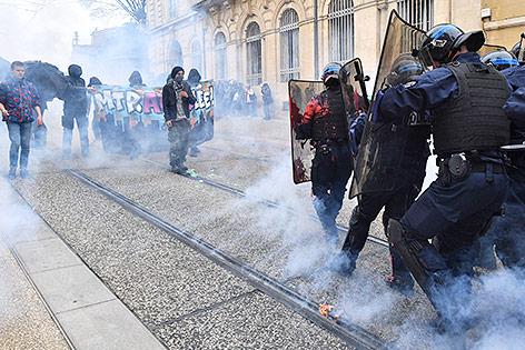 Polizisen und Demonstranten in Montpellier