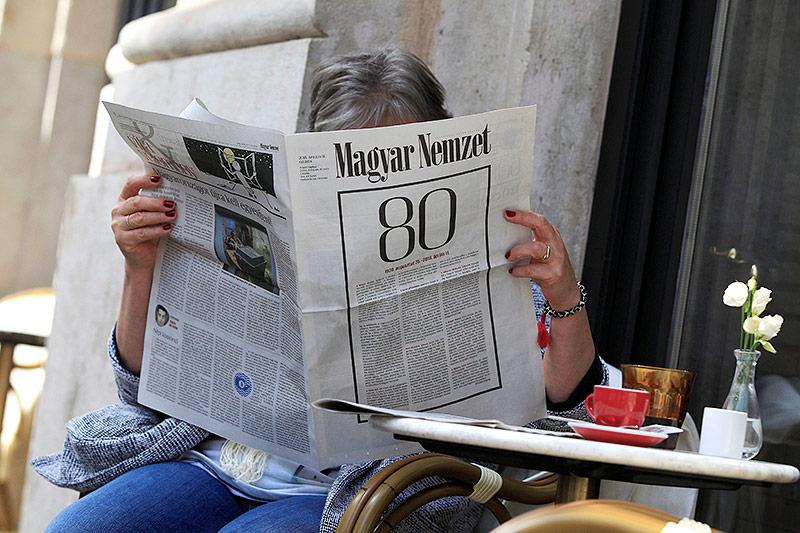 """Frau liest die zeitung """"Magyar Nemzet"""""""