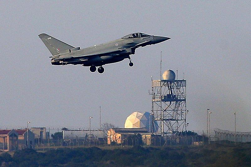 Ein Typhoon der britischen Royal Air Force landet in Akrotiri (Zypern)