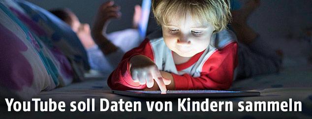 Kleinkind mit Tablet