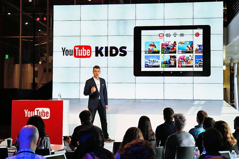 Bei einer Präsentation von YouTube ist auf einer Vidiwall ein Tablet mit dem Videokanal von YouTube Kids zu sehen