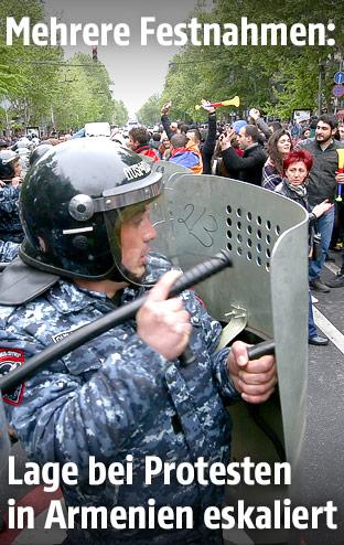 Armenische Polizisten und Demonstranten