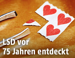 Mit LSD beträufte Pappe mit Herzmotiven