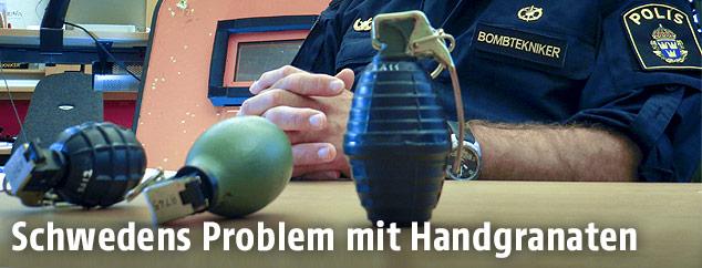 Polizist zeigt gefundene Handgranaten