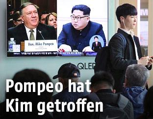 Eine Fotomontage von CIA-Chef Pompeo und dem nordkoreanischen Machthaber Kim Jong Un ist im TV zu sehen
