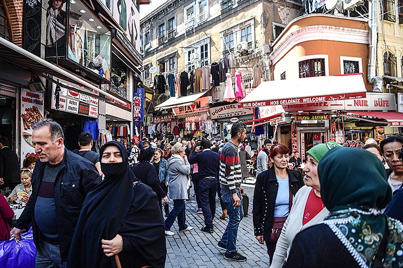 Menschen in einer Straße in Istanbul
