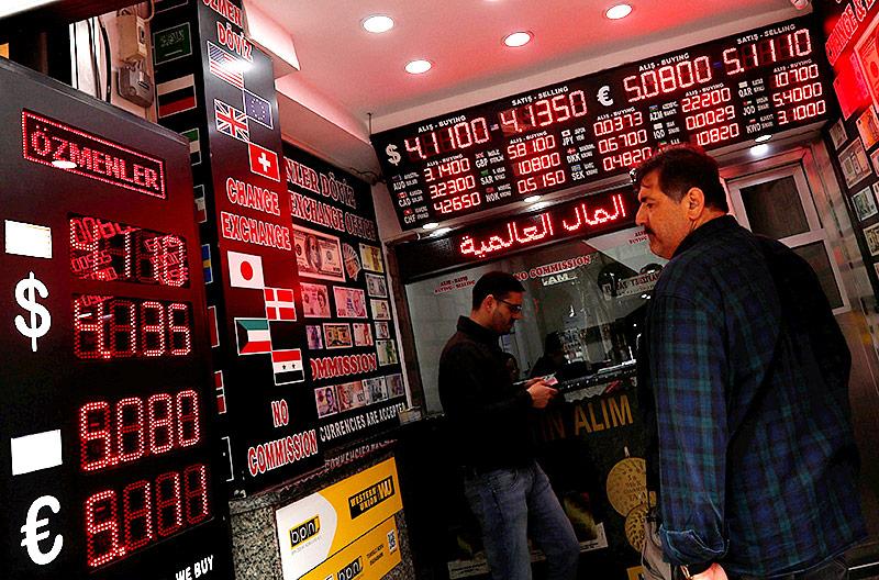 Ein Mann betrachtet türkische Wechselkurse