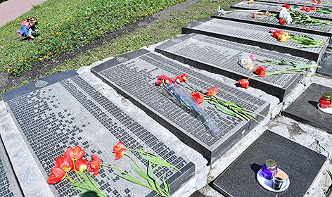 Kerzen und Blumen für die Opfer des Unglücks von Tschernobyl