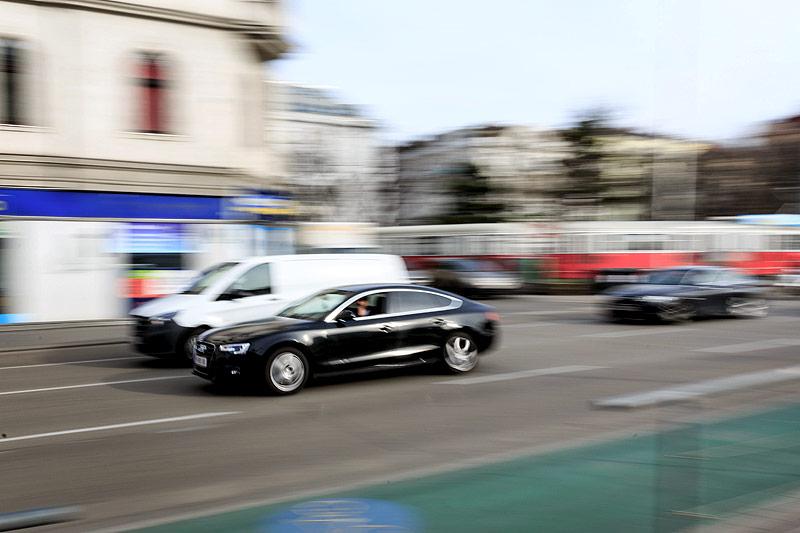 Schwarzes Auto auf der Straße