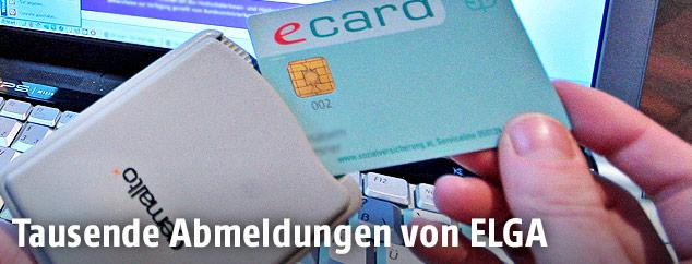 Eine E-Card wird in ein Lesegerät gesteckt