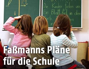 Schülerinnen in einer Volksschule