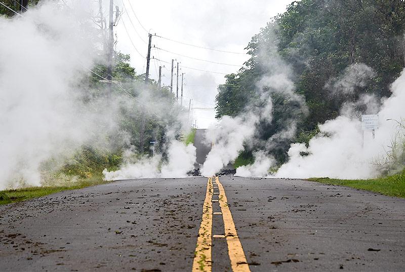 Dampf dringt aus Straßenspalten in Leilani Estates, Hawaii