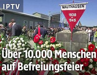 Blumenkränze in der KZ-Gedenkstätte Mauthausen