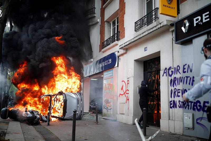 Brennende Fahrzeuge bei Demonstration in Paris