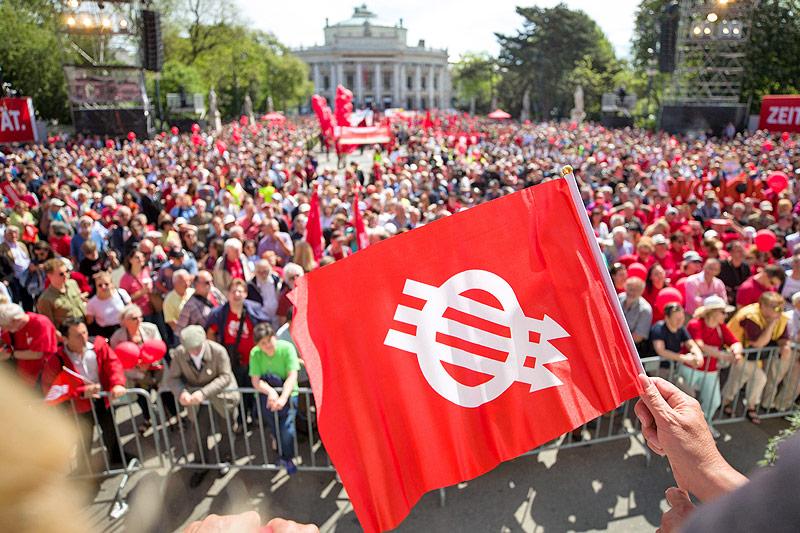 Zuschauer der Schlusskundgebung des 1. Mai-Aufmarsches der SPÖ auf dem Wiener Rathausplatz