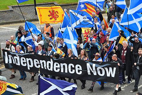 Demonstranten mit schottischen Fahnen