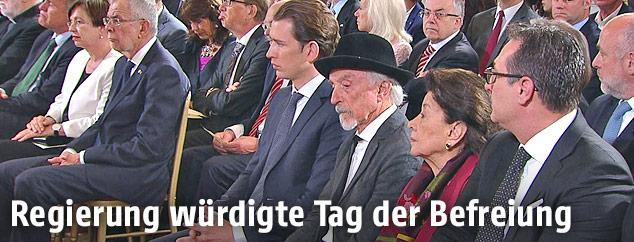 Regierungsspitze und Arik Brauer auf Gedenkfeier