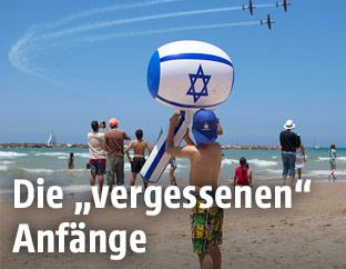 Kind am Strand hält einen Israel-Schwimmhammer